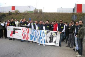 La concentración de los trabajadores y trabajadoras de SAS y Copo provoca que Seat Martorell pare su producción