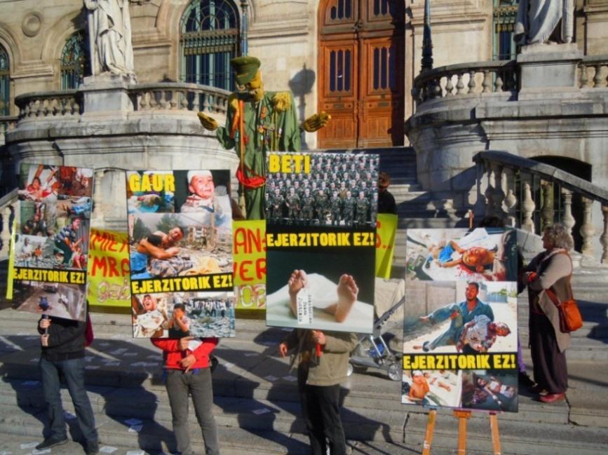 Movilización contra la intención del Ayuntamiento de Bilbo de ceder instalaciones municipales al ejército