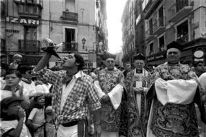 Se cuelan en una procesión y la acompañan al son de «A las barricadas» y «El coche fantástico»
