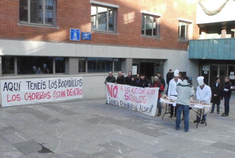 Barakaldo. En el Día Internacional contra la Corrupción reparto de chorizos contra los recortes.