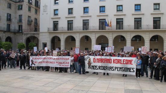 [Foto y vídeo] Concentración en defensa de las pensiones frente al Ayuntamiento de Alicante