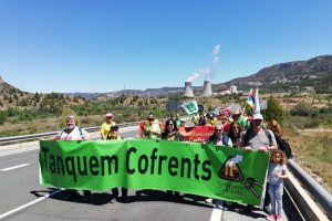 """""""Tanquem Cofrents"""" realiza su marcha anual a la nuclear y marca una línea roja a la prolongación de su actividad hasta 2030"""